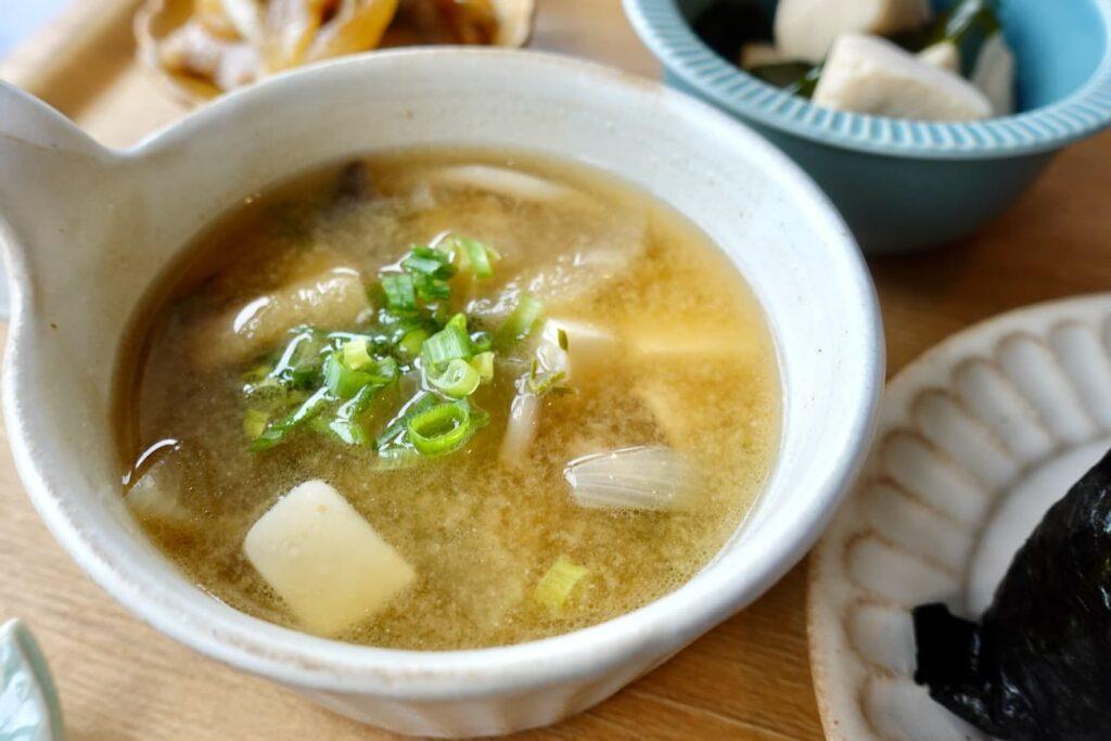 スープまたは味噌汁は具だくさんの「とん汁」